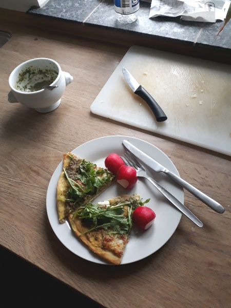 Skvalderkålspesto på pizza